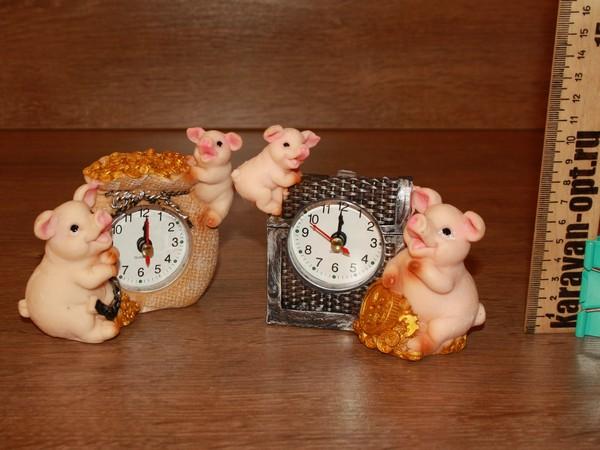 часы со свинкой